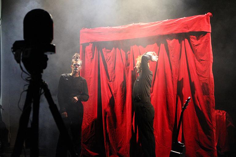 Red Nose Company: Keisarin uudet vaatteet. Teoksen striimaus, 2020. Kuva: Inka Virtanen